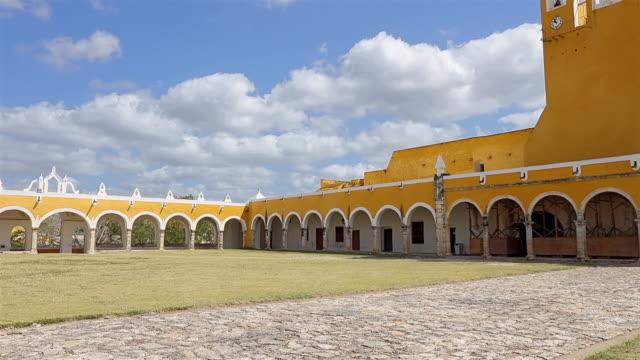 vídeos de stock, filmes e b-roll de arcada principal de entrada do convento e igreja, mosteiro franciscano do convento de san antonio de padua em izamal - méxico / yucatán - yucatán