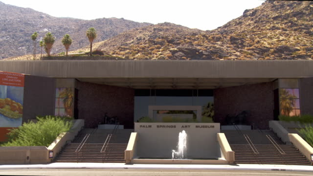 ws zi main entrance of palm springs art museum at foot of san jacinto mountains / palm springs, california, usa - western script stock videos & royalty-free footage