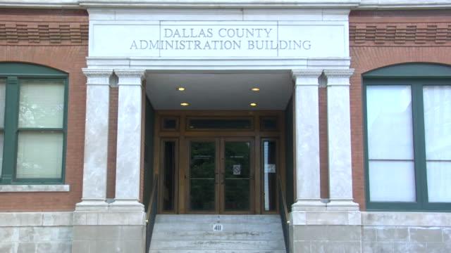 stockvideo's en b-roll-footage met ms, main entrance of texas school book depository, dallas, texas, usa - john f. kennedy