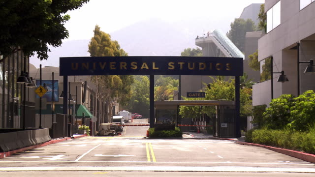 ws zi main gate of universal studios at lankershim boulevard / universal city, california, usa - universal city stock videos & royalty-free footage