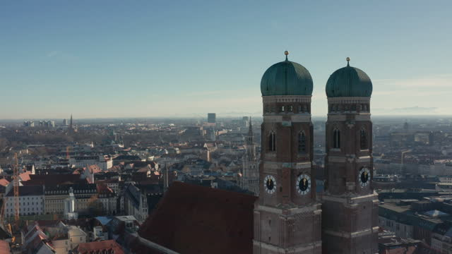 ws aerial main landmark frauenkirche in munich - wop productions stock-videos und b-roll-filmmaterial
