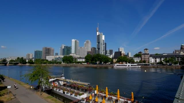 vídeos de stock e filmes b-roll de main river and skyline of financial district, frankfurt am main, hesse, germany - alemanha