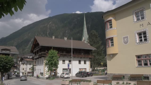 vidéos et rushes de main street and church in mayrhofen, tyrol, austrian alps, austria, europe - banc public