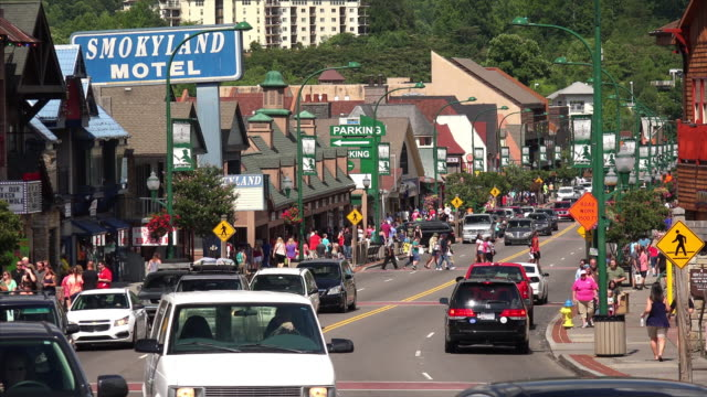 main street crowded with tourists and traffic in gatlinburg, tennessee - tennessee点の映像素材/bロール