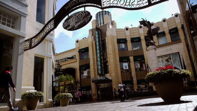 vídeos de stock e filmes b-roll de ws main street of retail and entertainment complex / los angeles, california, usa - shopping centre