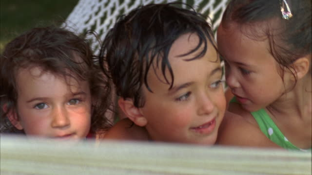 cu, pan, usa, maine, yarmouth, four smiling children (2-3, 4-5, 6-7) with wet hair sitting in hammock - wet hair stock videos & royalty-free footage