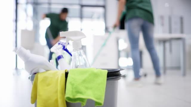 upprätthålla en ren och hygienisk kontorsyta - clean bildbanksvideor och videomaterial från bakom kulisserna