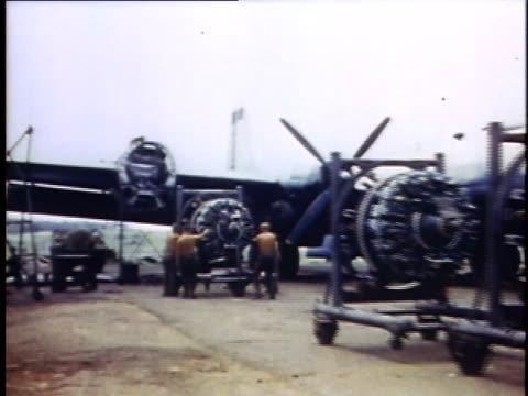 vidéos et rushes de montage maintenance crew working on b29 engines / guam - bombardier avion militaire