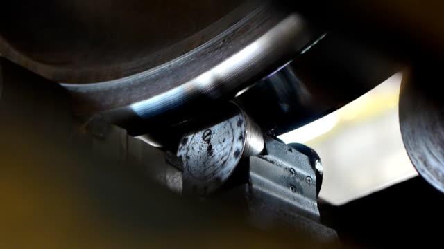 vidéos et rushes de traitement de rotation de roue de train d'atelier d'entretien - roue