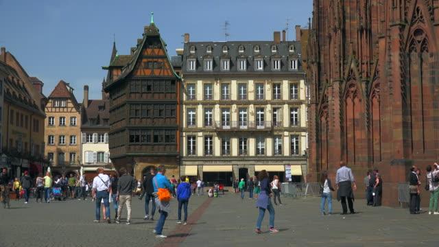 vídeos de stock e filmes b-roll de maison kammerzell at the cathedral square, old town, strasbourg, alsace, france - estrasburgo
