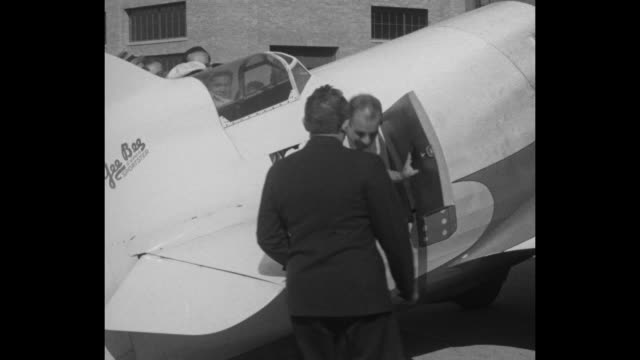 maj jimmy doolittle gets out of gee bee super sportster r1 airplane which he just flew to set an air speed record at the cleveland national air races... - gee walker stock videos & royalty-free footage