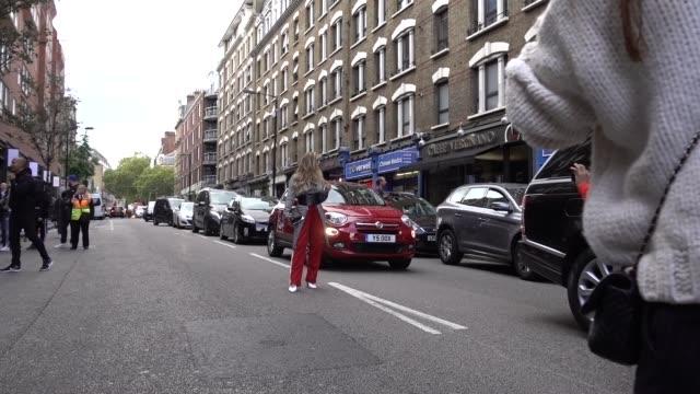 vidéos et rushes de maja malnar is seen outside topshop during london fashion week september 2017 on september 17 2017 in london england - semaine de la mode de londres