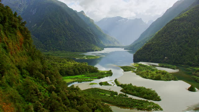 majestic aerial of milford sound - neuseeland stock-videos und b-roll-filmmaterial
