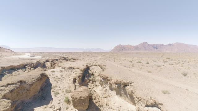 vídeos de stock e filmes b-roll de majestic gorge on namibian desert. aerial view - terreno inóspito