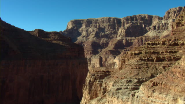 vídeos de stock, filmes e b-roll de majestic mesas overlook the vast grand canyon. - grand canyon