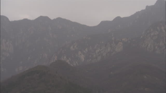 majestic mountains tower behind shaolin temple in china. - 少林寺点の映像素材/bロール