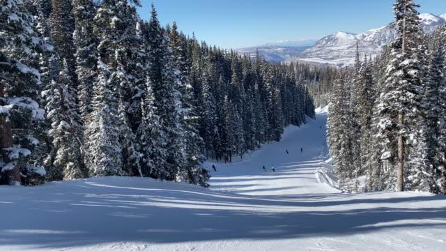 majestic slopes in telluride colorado - inquadratura dalla sciovia video stock e b–roll