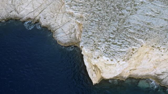 紺碧のアドリア海の海の表面の上に上げて空中雄大な白い崖 - ツレス点の映像素材/bロール