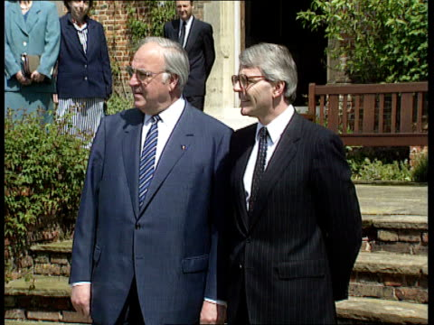 Major and Kohl meet at Chequers ENGLAND Chequers MS German Chancellor Helmut Kohl and John Major MP shake for photocall MS Kohl and Major PULL OUT...