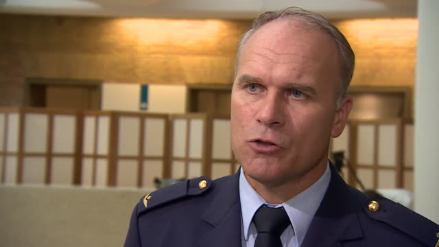 major general onno eichelsheim of the dutch intelligence service describing how they foiled an alleged attempt at hacking the opcw by russian spies - gru点の映像素材/bロール