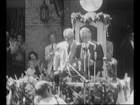 vídeos de stock, filmes e b-roll de major league baseball commissioner ford frick at outdoor dais during induction ceremony at national baseball hall of fame / audience / montage... - liga esportiva