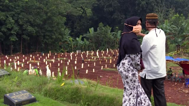 major public cemetery in the capital of indonesia has been expanded to create a special zone for coronavirus victims - cemetery stock videos & royalty-free footage