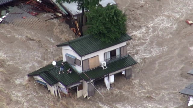 major river in eastern japan breached its banks on thursday following torrential rain, flooding hundreds of home and leaving at least one person... - frige bildbanksvideor och videomaterial från bakom kulisserna