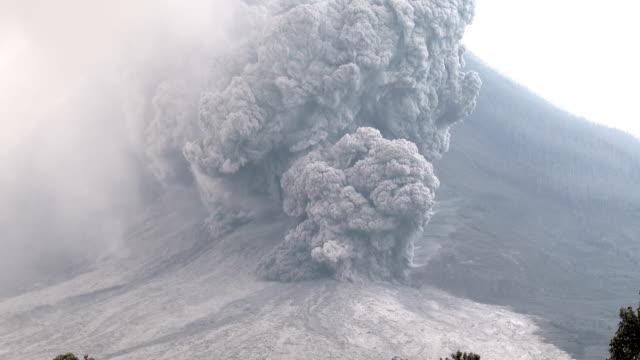 major volcanic eruption and ash cloud at mount sinabung - pyroklastischer strom stock-videos und b-roll-filmmaterial