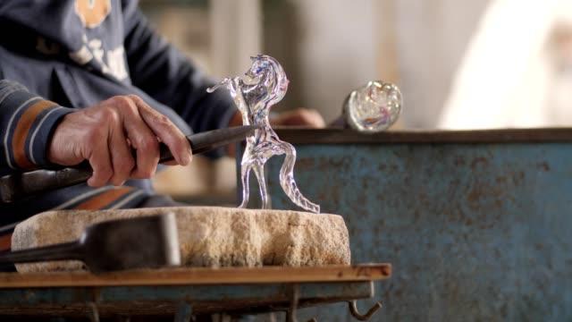 ガラスから馬を作って... - 天地創造点の映像素材/bロール