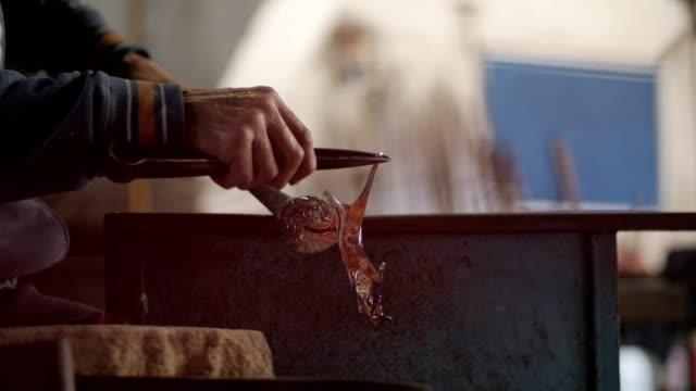 stockvideo's en b-roll-footage met maak een paard uit glas... - perfectie