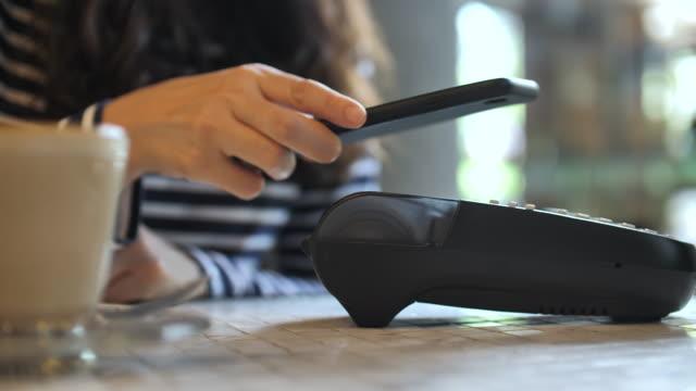 カフェで電話で銀行払いをする - クレジット決済点の映像素材/bロール