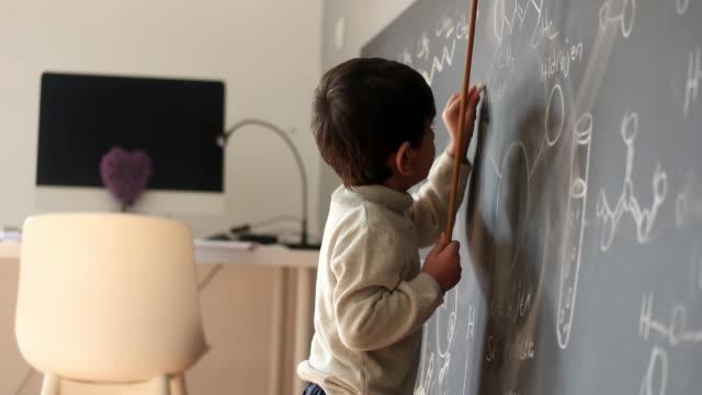 vídeos y material grabado en eventos de stock de hago que ser un genio parezca un juego de niños - matematicas