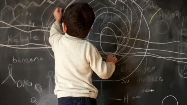 vídeos de stock e filmes b-roll de i make being a genius look like child's play - explicar
