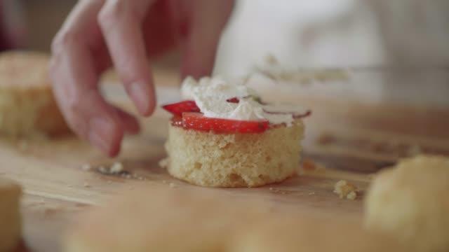 vidéos et rushes de faire gâteau aux fraises sandwich - faire cuire au four