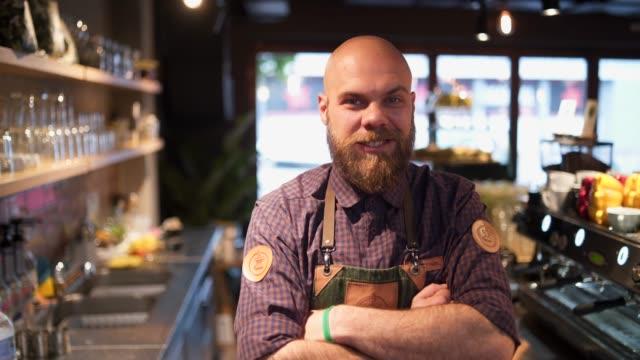 vídeos de stock, filmes e b-roll de eu faço o melhor café - barista