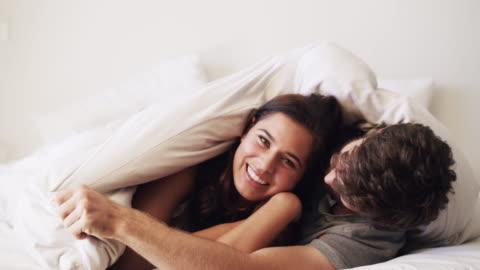 fai in modo che i piccoli momenti contano - young couple video stock e b–roll