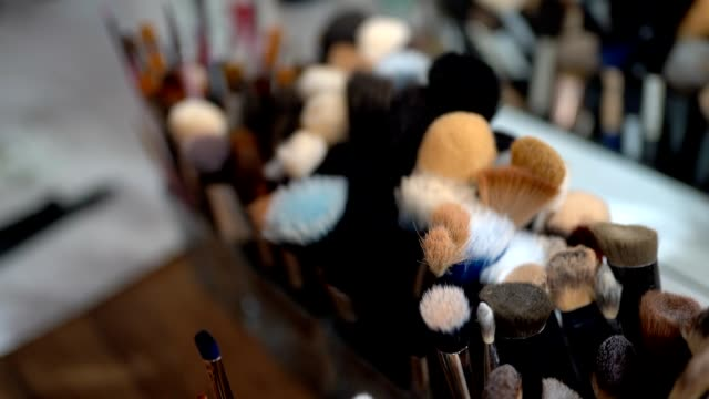 vídeos de stock e filmes b-roll de make up brushes set in box - maquilhagem