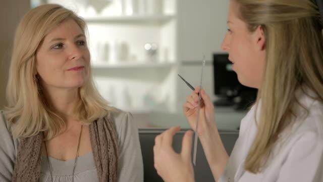 vídeos de stock, filmes e b-roll de maquiagem as medidas - cirurgia plástica