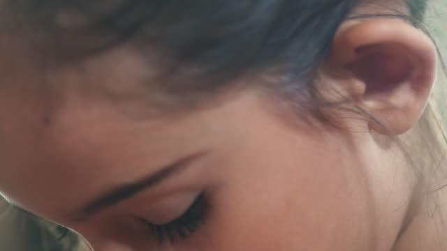 make-up : vor-jugend-kind - rätsel stock-videos und b-roll-filmmaterial