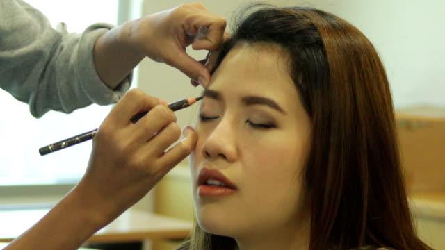 vídeos de stock, filmes e b-roll de maquiagem - blush