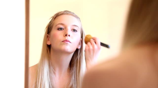vidéos et rushes de maquillage série vidéo: femme appliquant blusher pour le visage - pinceau à blush