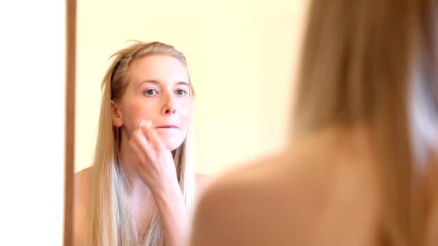 make-up-serie: frau anwenden stiftung - junge frauen stock-videos und b-roll-filmmaterial
