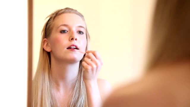 Make-Up-Serie: Frau Lipgloss anwenden