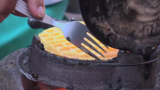 vídeos y material grabado en eventos de stock de hacer gofres en la estufa de carbón - gofre belga