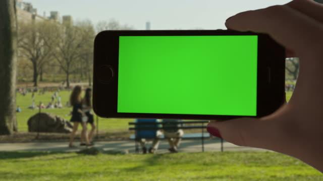 あなた自身の自分撮り crentral 公園日没の女性一人 - 撮影点の映像素材/bロール
