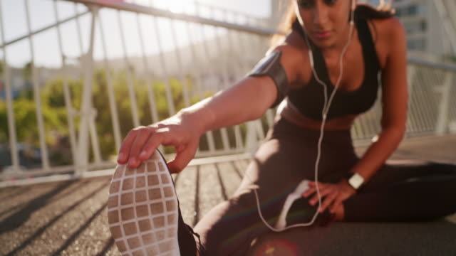 vídeos de stock e filmes b-roll de make your workout interesting, take it outside - só uma mulher jovem