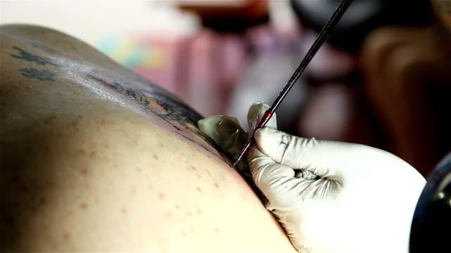 makes traditional yantra tattooing, lifestyles thai - avambraccio video stock e b–roll