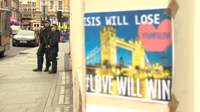 makeshift posters saying 'isis will lose' and 'love will win' at the scene of the london bridge and borough market terror attacks - überfahren stock-videos und b-roll-filmmaterial