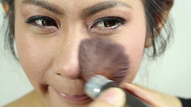 make-up und kosmetische - auftragen stock-videos und b-roll-filmmaterial