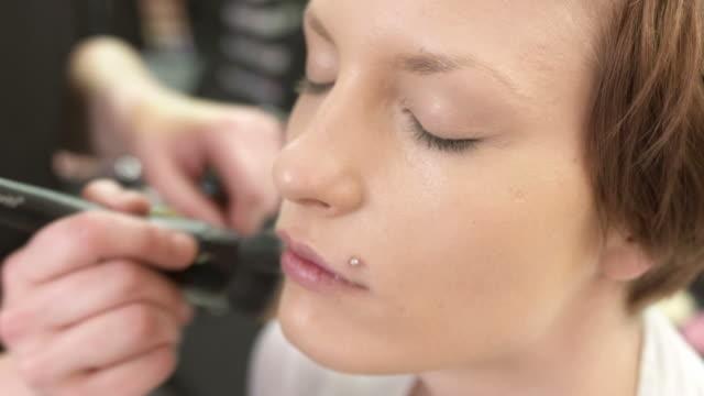 vídeos de stock, filmes e b-roll de hd: maquiador aplicando pó facial - blush